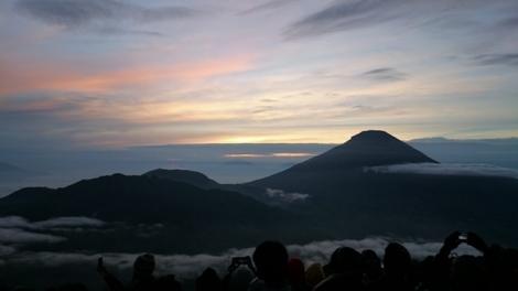 Angelica saat menunggu sunrise di sebuah gunung di Indonesia