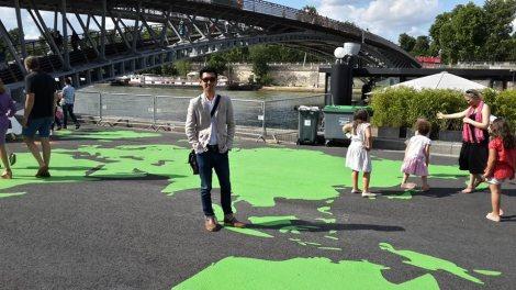 Ronald berdiri di atas peta Indonesia, Paris, Perancis