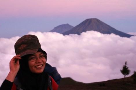 Raut bahagia Dewi saat sudah dipuncak gunung