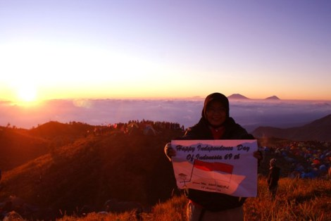 Dewi merayakan hari kemerdekaan RI di puncak gunung