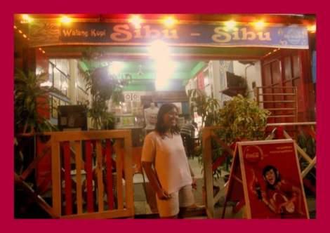 wiwik lagi ngopi di kota Ambon