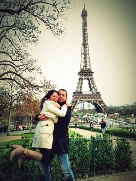 Riri Hassan bersama suami di Paris, Perancis