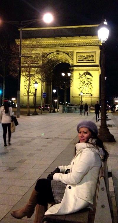 Riri Hassan di Arc de Triomphe Paris, Perancis