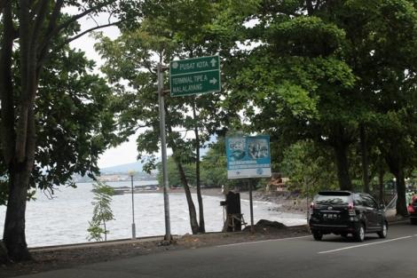 Rambu jalan yang nunjukkan arah kota dan terminal di pinggir pantai malalayang Manado