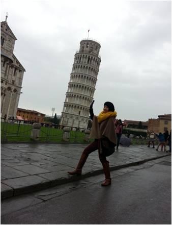 Irma sedang di menara Pisa, Italia