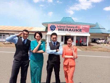 vita dan rekan kerja di bandara Merauke