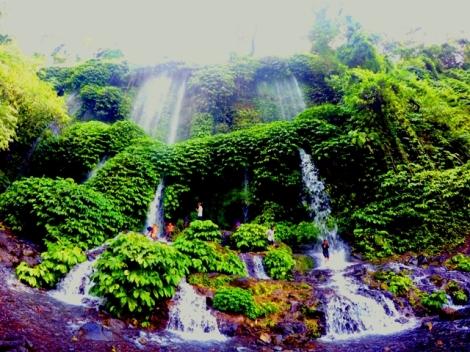 Segarnya mandi di Air terjun Benang Kelambu - Lombok