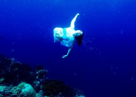 Devi Menikmati Alam Bawah Laut Menjangan