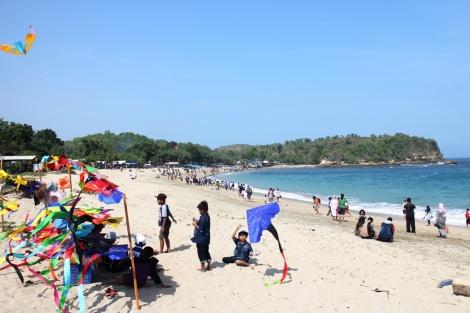 Pantai tambak rejo Blitar ramai dikunjungi saat musim liburan