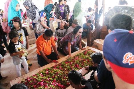 Suasana makan Bung Karno, banyak yang tabur bunga