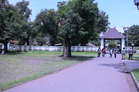 Jalan menuju Istana Kasepuhan setelah masuk dari loket