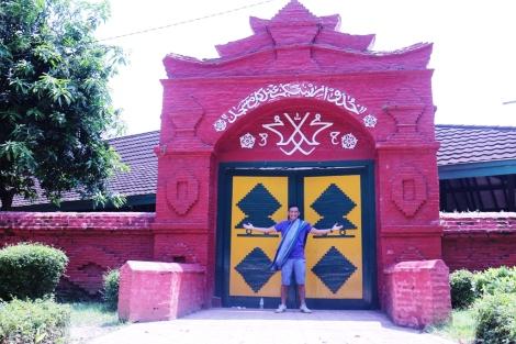 ngobroltravel didepan pintu Masjid Agung Sang Cipta Rasa