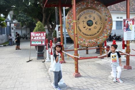 Gong perdamaian yang terletak di gerbang depan instana gebang