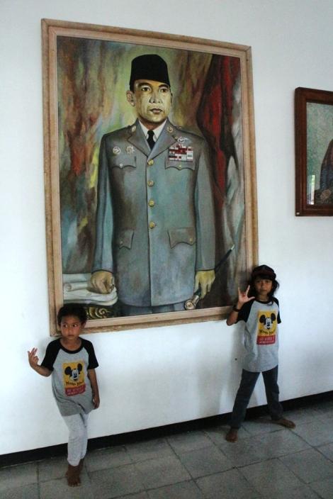 Foto besar bung Karno di ruang tamu Istana Gebang Blitar