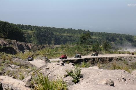 Jeep yang mengantar pengunjung yang trip di gunung Merapi