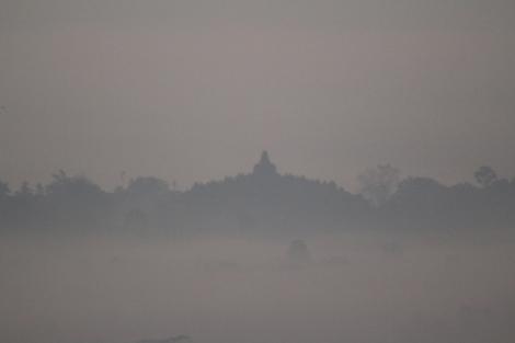 Siluet Borobudur dilihat dari bukit Setumbu