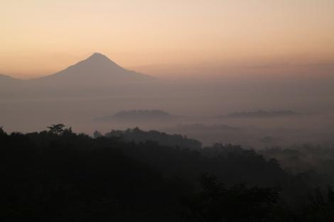 Pemandangan dari Setumbu dengan siluet Borobudur