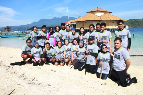 "Rombongan Main Air Yuks menggunakan Baju ""Save my Beautiful Sea"" dari Hatari Biskuit"