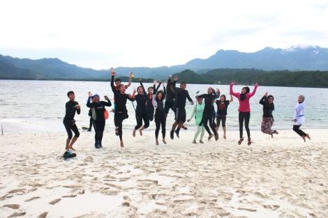 Hebohnya foto para rombongan Ngobroltravel dan Main Air Yuks saat di pulau Tanjung Putus