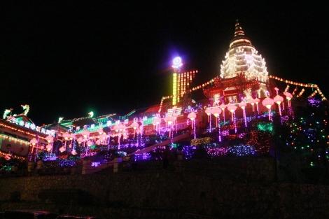 Kuil Ke Lok Tze yang indah dengan banyak lampion